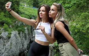 Bilder Cara Mell Blondine Zwei Selfie Brille Smartphone Stefani Mädchens