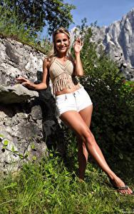 Bilder Cara Mell Steine Blond Mädchen Pose Shorts Bein Starren Lächeln Mädchens