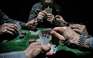 Hintergrundbilder Spielkarte Hand Tisch Poker