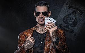 Hintergrundbilder Spielkarte Armbanduhr Finger Mann Hand Tätowierung Brille