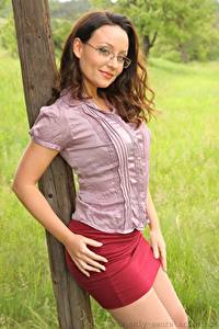 Hintergrundbilder Carla Brown Braune Haare Brille Starren Posiert Hand Rock Mädchens