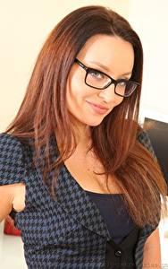 Bilder Carla Brown Braunhaarige Lächeln Brille Blick