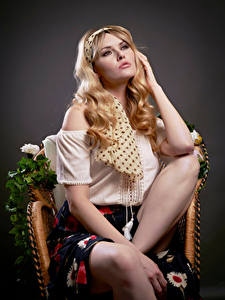 Hintergrundbilder Blondine Sessel Sitzt Bein Rock Bluse Starren Carla Monaco