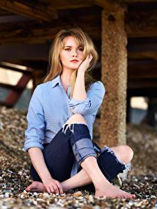 Bilder Carla Monaco Blondine Bokeh Sitzend Jeans Hemd Blick Mädchens