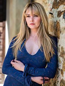 Fotos Carla Monaco Blond Mädchen Kleid Hand Blick junge Frauen