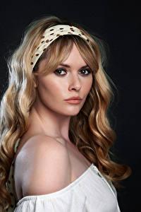 Hintergrundbilder Carla Monaco Blondine Blick Schönes Haar Schminke junge frau