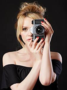 Fotos Carla Monaco Blondine Hand Fotoapparat junge frau
