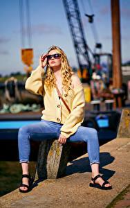 Hintergrundbilder Carla Monaco Blond Mädchen Posiert Sitzt Brille Jeans Unscharfer Hintergrund Mädchens