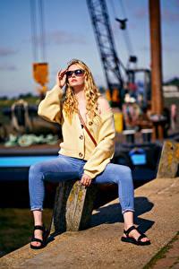 Bakgrunnsbilder Carla Monaco Blond jente Posere Sitter Briller Jeans Uklar bakgrunn Unge_kvinner