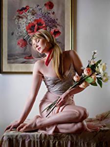 Bilder Carla Monaco Blumensträuße Blond Mädchen Sitzend Rock Unterhemd