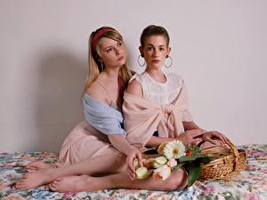 Bilder Carla Monaco Sträuße Weidenkorb Sitzt 2 Blick junge Frauen