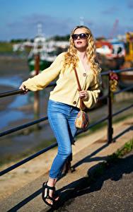 Bilder Carla Monaco Handtasche Blondine Brille Jeans Bokeh Mädchens