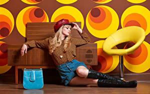 Fotos Carla Monaco Handtasche Blond Mädchen Sitzt Bein Stiefel Rock Bluse