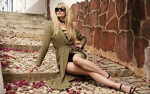 Bilder Sitzend Brille Bein Schön Blondine Haar Treppe Carla Monaco