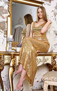 Fotos Spiegel Spiegelt Sitzt Kleid Haar Carolina junge frau
