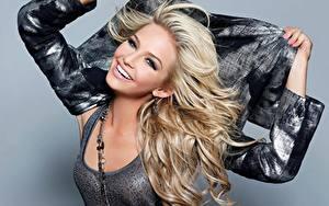 Fotos Grauer Hintergrund Blondine Starren Lächeln Hand Model Cassidy Wolf Prominente Mädchens