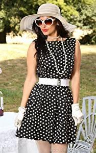 Hintergrundbilder Cassie Clarke Halsketten Brünette Der Hut Brille Kleid Hand Handschuh junge frau