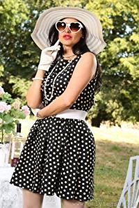 Hintergrundbilder Cassie Clarke Halsketten Brünette Der Hut Brille Kleid Hand Handschuh Mädchens