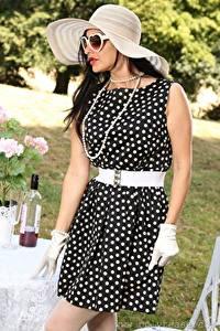 Fotos Cassie Clarke Halsketten Brünette Der Hut Brille Kleid Hand Handschuh junge frau
