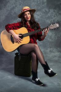 Fotos Gitarre Sitzend Bein Der Hut Starren Strumpfhose Catherine junge Frauen