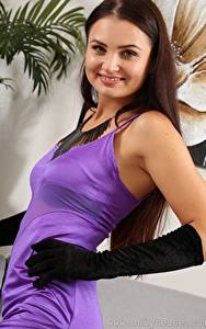 Bilder Celeste Star Braune Haare Blick Lächeln Hand Handschuh Kleid