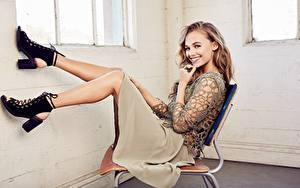 Fotos Stühle Sitzend Dunkelbraun Stadtstraße Hand Rock Bein High Heels Mädchens