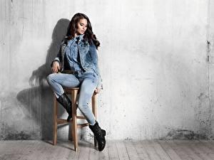 Hintergrundbilder Stühle Wände Brünette Sitzend Bein Jeans Stiefel Mädchens