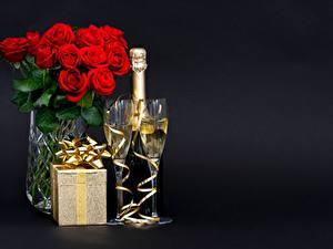 Hintergrundbilder Champagner Blumensträuße Rosen Weinglas Geschenke Schachtel Schleife Schwarzer Hintergrund das Essen Blumen