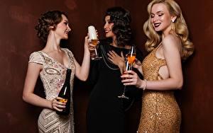Fotos Schaumwein Drei 3 Kleid Flasche Weinglas Blondine