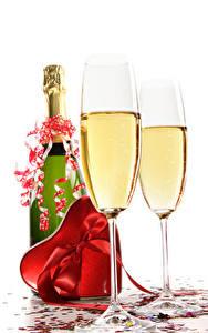 Hintergrundbilder Schaumwein Valentinstag Weißer hintergrund Flaschen Weinglas Herz Geschenke Schleife das Essen