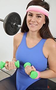 Fotos Charlie Rose Fitness Braunhaarige Lächeln Hand Blick Hanteln junge frau