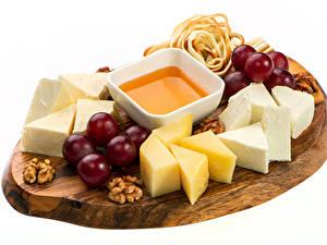 Hintergrundbilder Käse Weintraube Schalenobst Weißer hintergrund Schneidebrett
