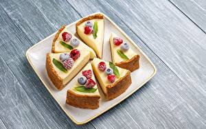 Hintergrundbilder Käsekuchen Dessert Beere Himbeeren Heidelbeeren Stück Teller Lebensmittel