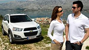 Fotos Chevrolet Mann Weiß Softroader Zwei Brille Hand Captiva, 2013 auto