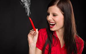 Bilder Chili Pfeffer Schwarzer Hintergrund Braune Haare Lachen Rauch Mädchens
