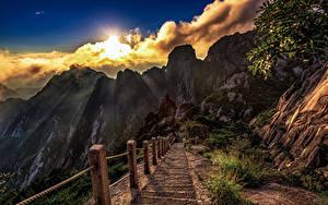 Sfondi desktop Cina Montagne Nuvole Scala Il dirupo Il Sole Huangshan Natura