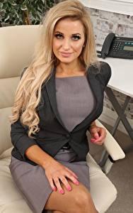 Bilder Chloe Welsh Sekretärinen Blondine Starren Hand Sitzt Sessel