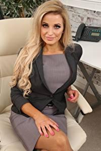 Bilder Chloe Welsh Sekretärinen Blondine Starren Hand Sitzt Sessel junge frau