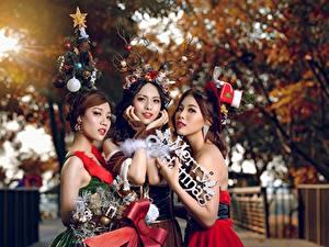 Fotos Neujahr Asiatisches Braune Haare Drei 3 Unscharfer Hintergrund Mädchens