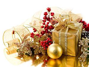 Hintergrundbilder Neujahr Beere Geschenke Kugeln Stern-Dekoration Schneeflocken Gold Farbe