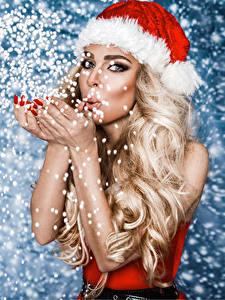 Hintergrundbilder Neujahr Blondine Mütze Starren Schnee Hand junge frau