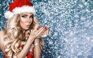 Fotos Neujahr Blondine Mütze Haar Hand Blick Maniküre Schneeflocken