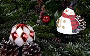 Bilder Neujahr Ast Tannenbaum Kugeln Zapfen Schneemänner