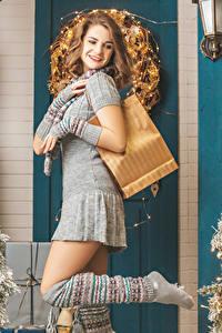 Bilder Neujahr Braunhaarige Kleid Lächeln Hand Bein junge Frauen