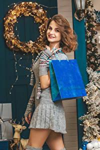 Hintergrundbilder Neujahr Braune Haare Lächeln Starren Geschenke Kleid Mädchens