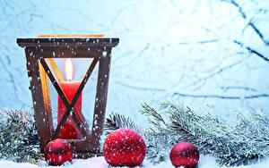 Fotos Neujahr Kerzen Ast Kugeln Schnee Schneeflocken