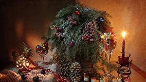 Bilder Neujahr Kerzen Beere Süßigkeiten Stillleben Ast Kugeln Zapfen Lebensmittel