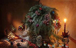 Bilder Neujahr Kerzen Beere Süßware Stillleben Ast Kugeln Zapfen Lebensmittel