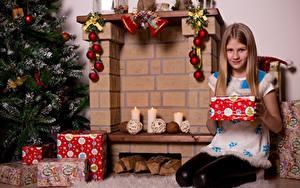Fotos Neujahr Kerzen Kamin Weihnachtsbaum Geschenke Schal Kleine Mädchen Sitzen Kinder