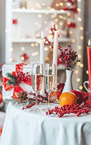 Bilder Neujahr Champagner Orange Frucht Beere Kerzen 2 Weinglas Geschenke Ast das Essen